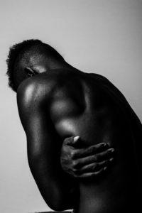 Foto em tons de cinza de um homem nu.